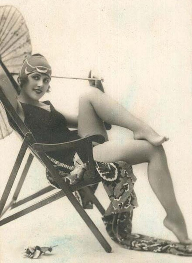 Pin up flapper with swimcap